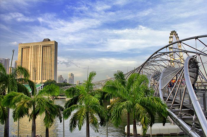 Ein-Tag-in-Singapur-Singapur-Helixbruecke-mit-Palmen