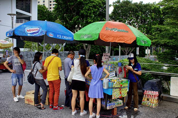Ein-Tag-in-Singapur-Streetfoodstand-Asiaten