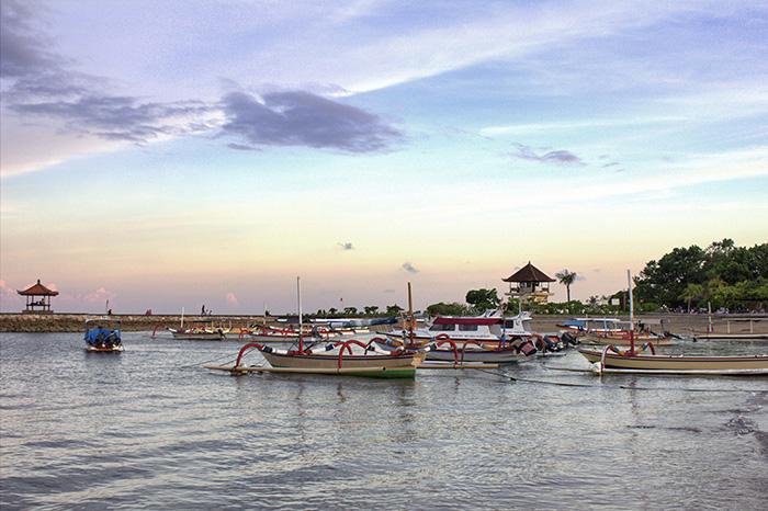 Nusa-Dua-Strand-mit-bunten-Booten