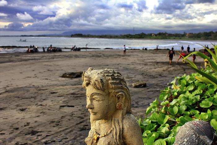 Reisetipps-Westbali_Statue-am-Strand