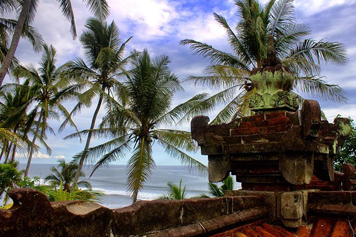 Reisetipps-Westbali_Tempel-mit-Palmen