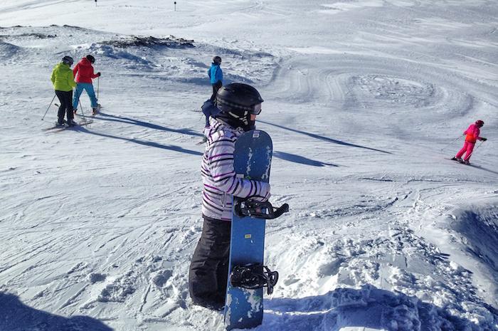 snowboarden-im-stubaital-anne-mit-snowboard