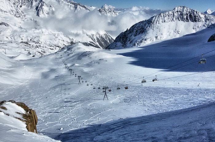 snowboarden im stubaital wolken in den bergen