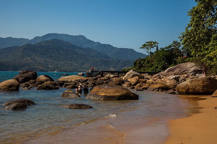 Urlaub-in-Brasilien-Strand-mit-Felsen