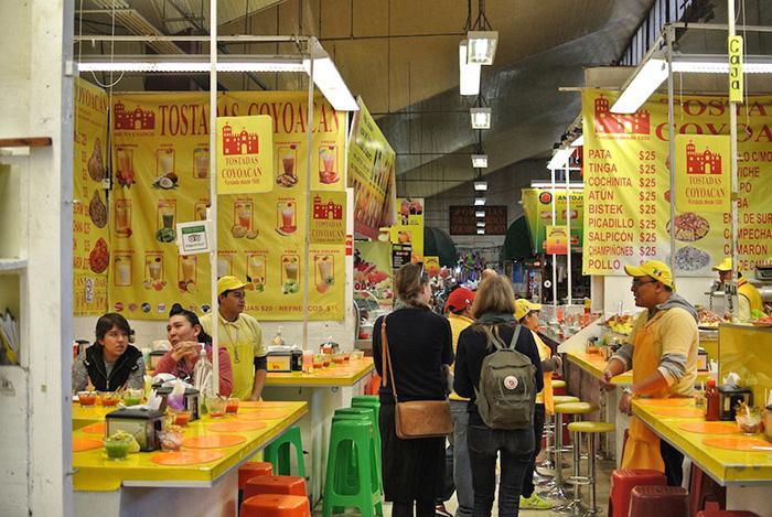 Essen-in-einem-Markt-in-Mexiko-Stadt