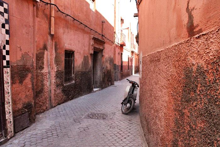 Urlaub-in-Marakkesch---Strasse-mit-Motoroller
