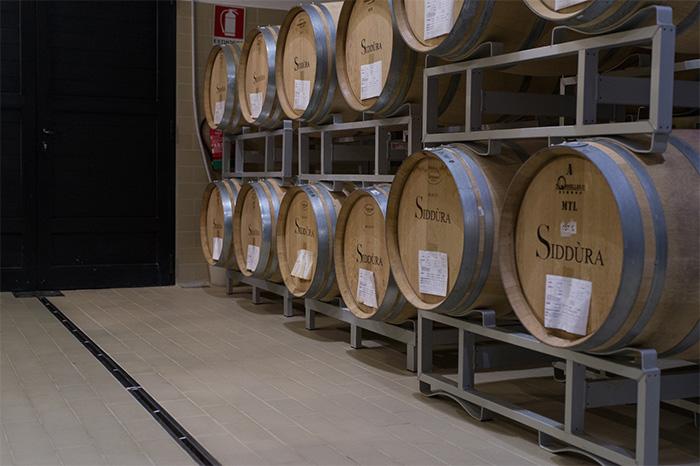 Siddura_Weinfässer