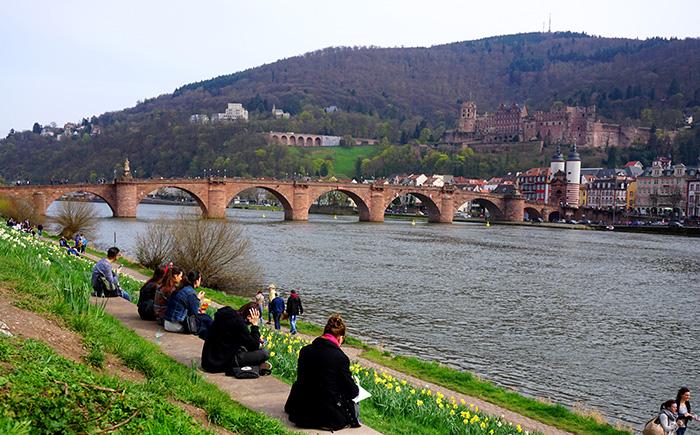 am-Neckarufer-mit-Blick-auf-das-Heidelberg-Schloss-und-die-Alte-Bruecke