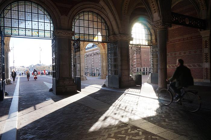 Fahrradweg-durch-das-Rijksmuseum---Versteck-vor-Regen