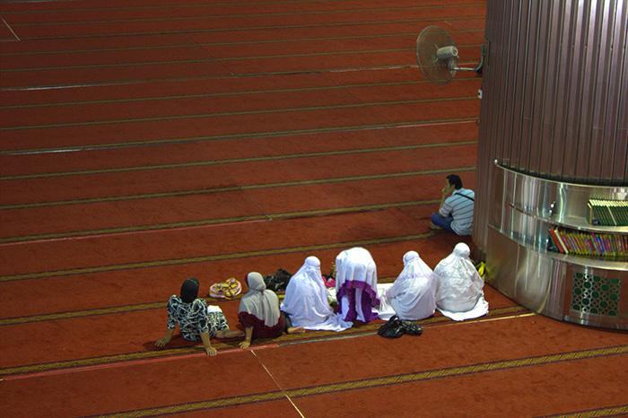 Moschee-wartende-Menschen.jpg-