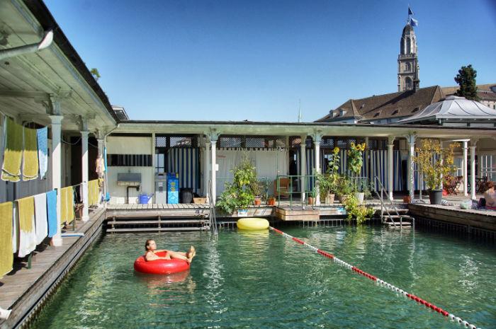 zuerich-sehenswuerdigkeiten_-schwimmen-in-der-limmat-frauenbadi