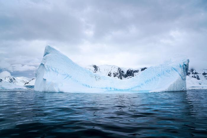 antarktis-eisberg-im-meer