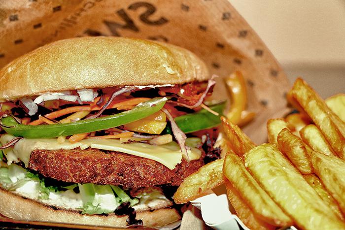 cheeseburger-mit-handcutpommes-kopie