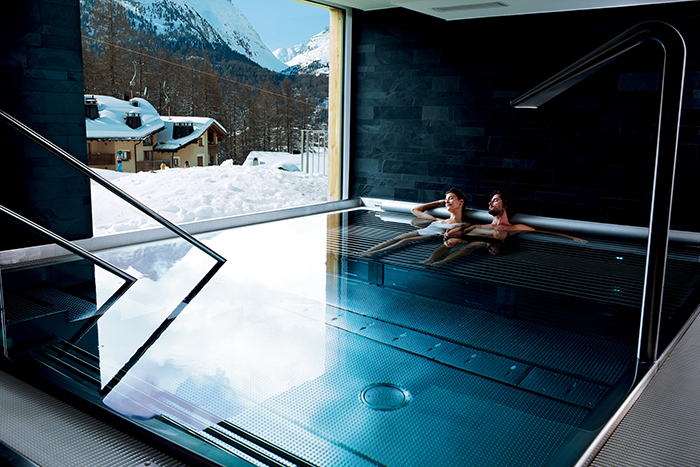nira-alpina-pool-couple-winter_mr