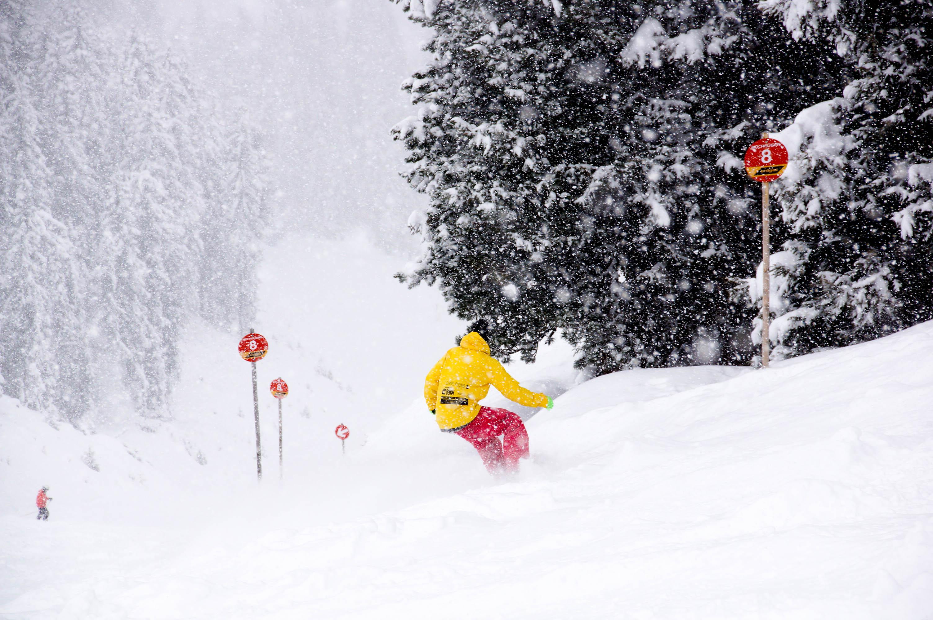 skigebiet-hochfuegen_neuschnee-snowboarden