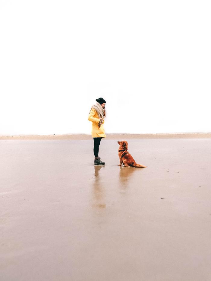 Christine-Neder-mit-Hund-am-Strand