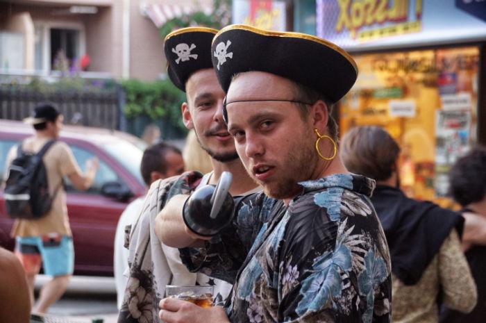 Partypeople als Piraten verkleidet
