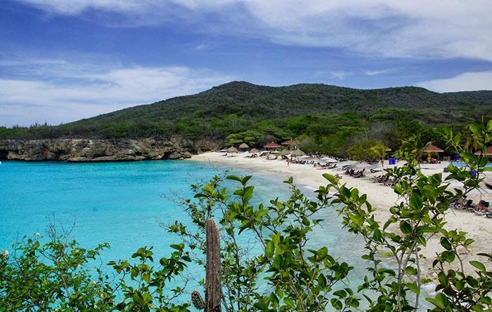 Türkisblaues Meer am Kenepa Grandi im Curacao Urlaub