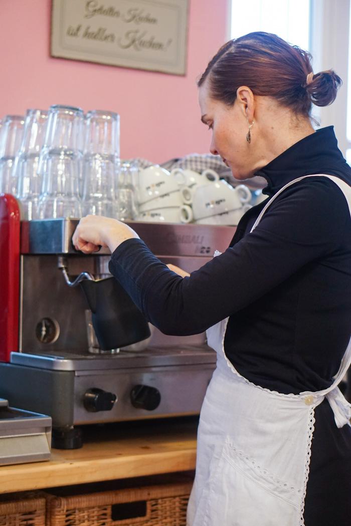 Eva an der Kaffeemaschine