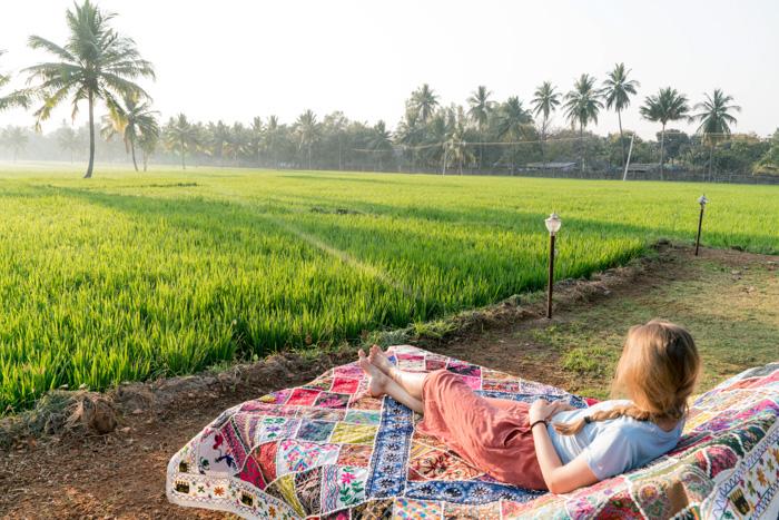 Christine Neder vor den Reisfeldern in Hampi
