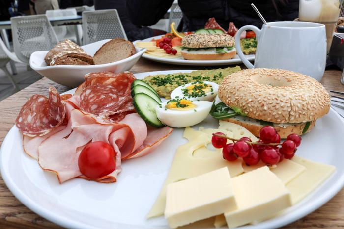 Fruehstueck im Cafe Vorhoelzer