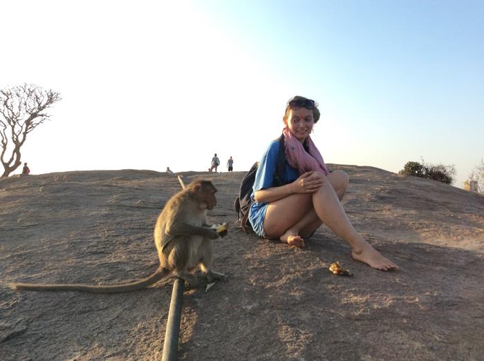 Christine Neder mit Affe in Indien