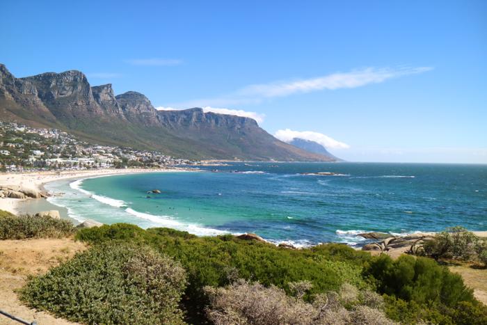 Der schöne Strand in Camps Bay in Kapstadt.