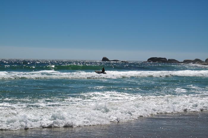 Surfer am Strand von Camps Bay