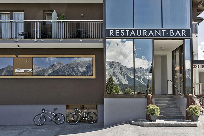 Die Bergfassade am Hotel Arx