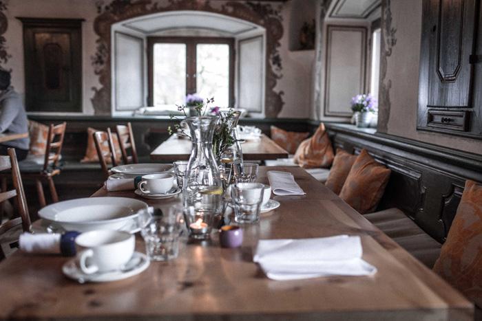 gedeckter Tisch in einem Bauernhaus