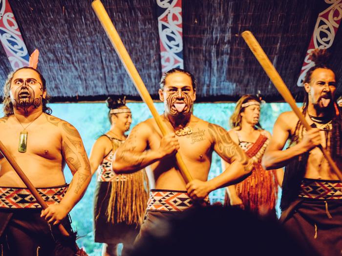 Abenteuer in Neuseeland Das traditionelle Poi-Tanzen oder den Kriegstanz Haka