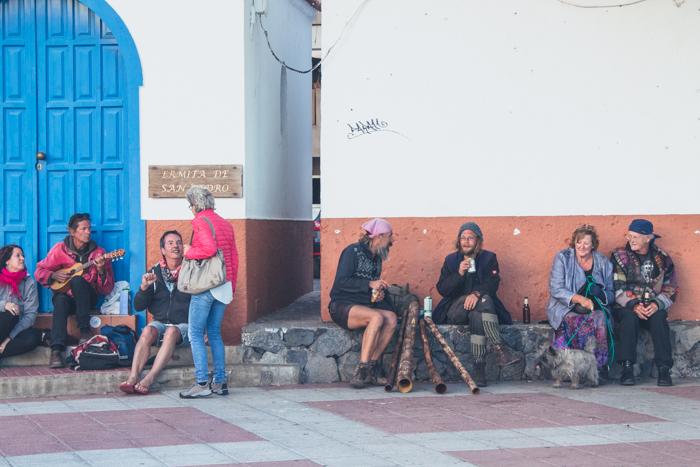 Aussteiger und Urlauber genießen gemeinsam den Sonnenuntergang in Valle Gran Rey.