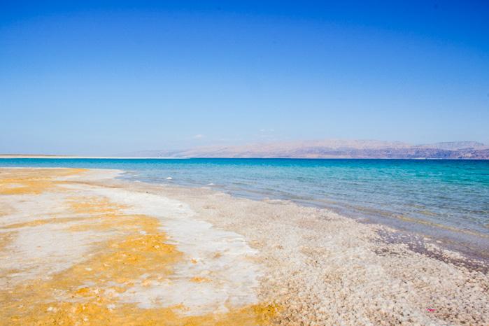 Das tote Meer mit schimmernden Salzkristallen in Israel