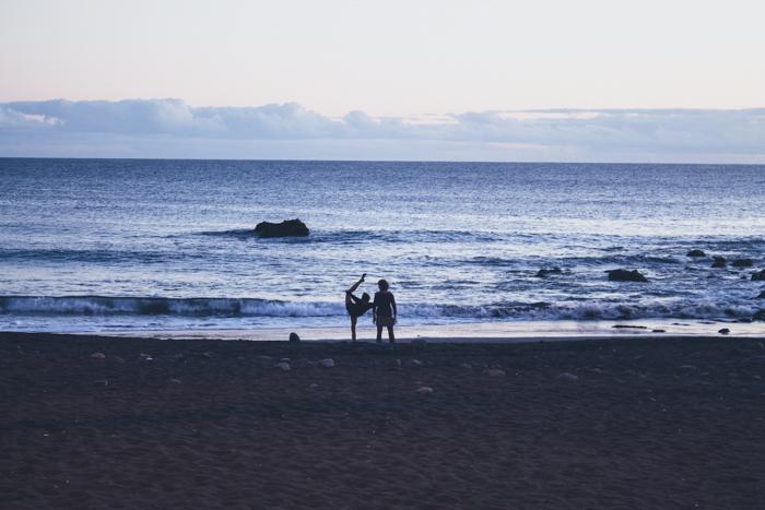 Yoga am Strand von Valle Gran Rey auf La Gomera.