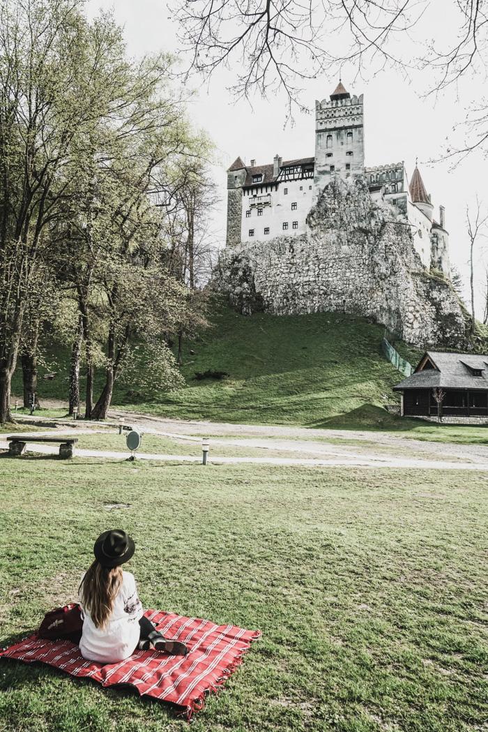 Christine Neder vor der Dracula Burg