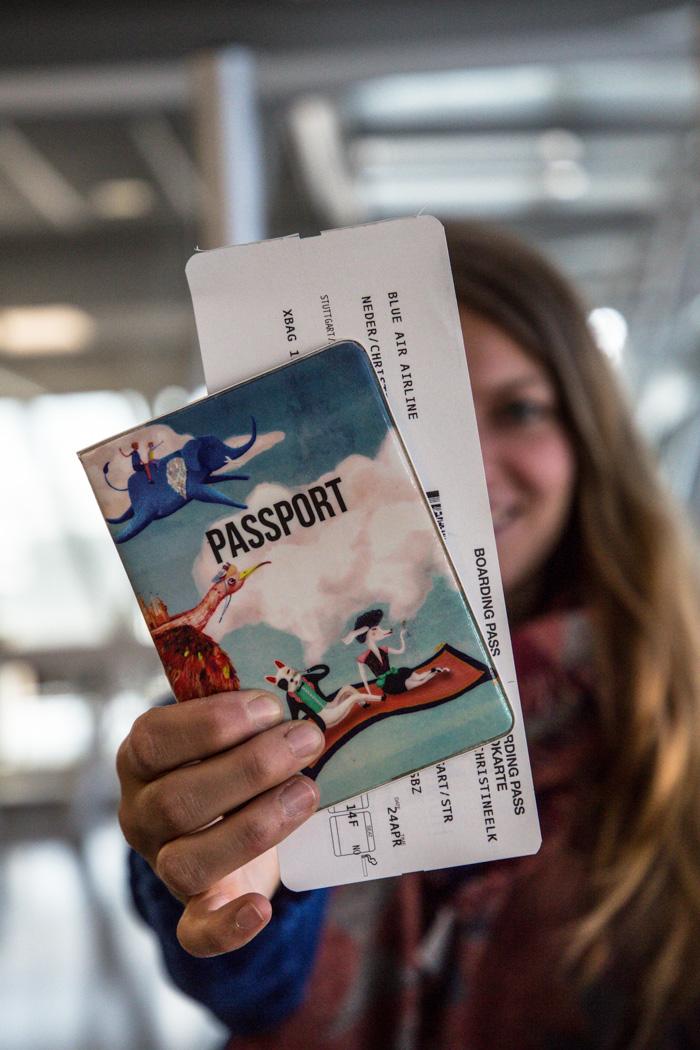 Christine Neder mit Reisepass