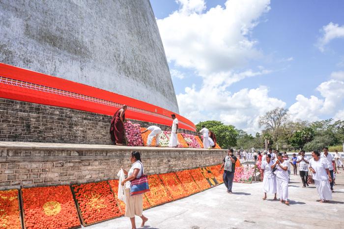Vor srilankanischem Tempel