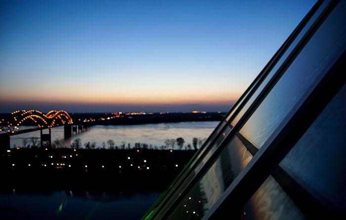 Sonnenuntergang auf der Aussichtsplattform der Pyramid