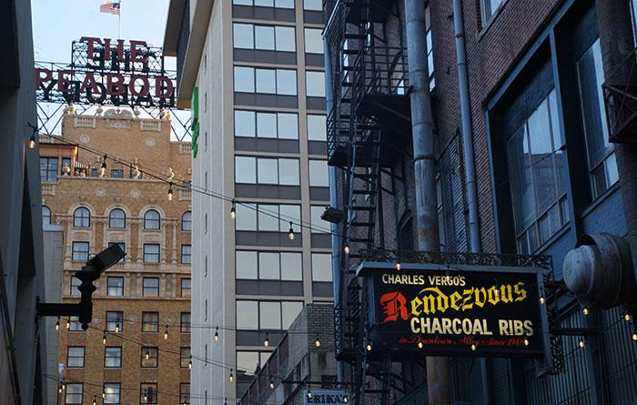Das Rendesvouz Restaurant mit dem Peabody im Hintergrund