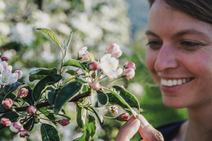 Christine Neder mit Apfelblüte