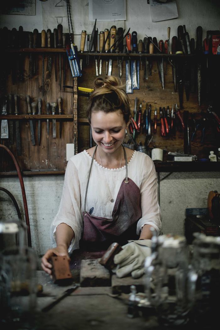 Christine Neder in der Zinngießerei