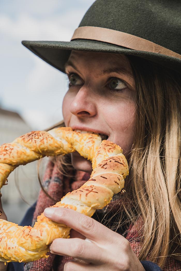 Christine Neder isst Kaesebrezel