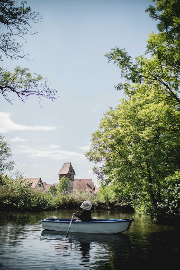 Christine Neder im Ruderboot