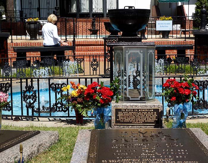 Grabstätte von Elvis und seiner Familie in Graceland in Memphis
