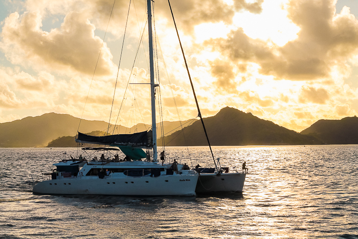 Sundowner auf dem Katamaran genießen - Seychellen Feeling