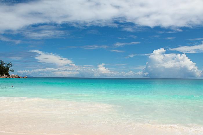 Türkis ist die Farbe des Ozeans auf den Seychellen