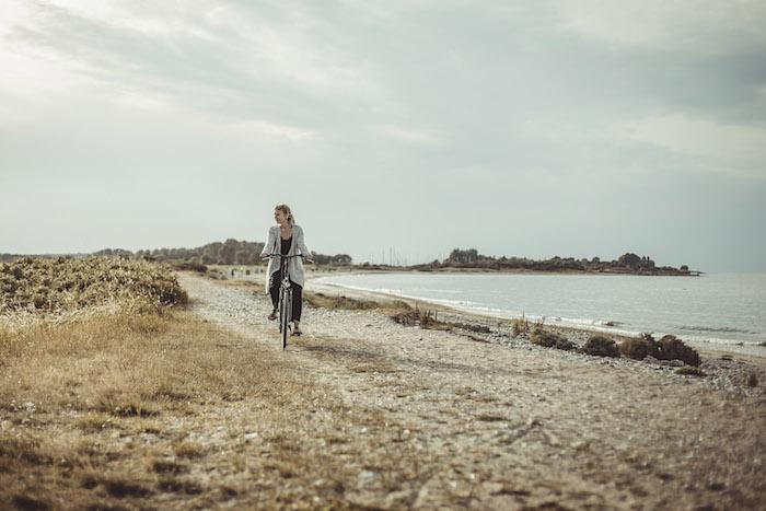 Fahrrad fahren entlang der Kueste