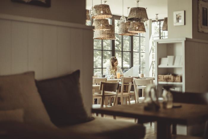 Farina liest Zeitung Barefoot Hotel, Scharbeutz