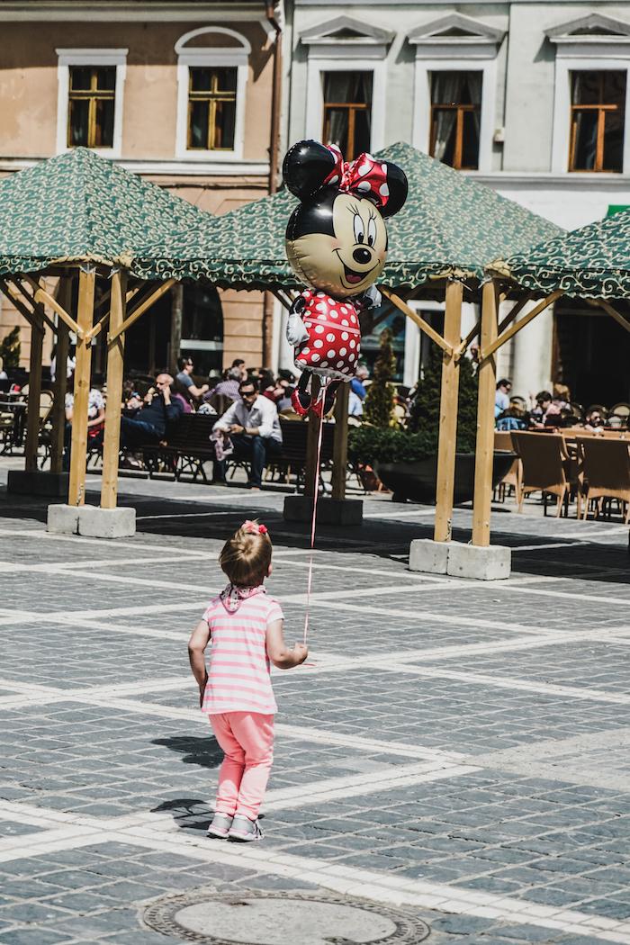 Kind auf Marktplatz in Brasov