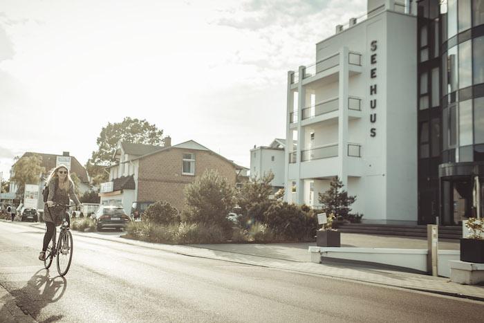 Vor meinem Hotel auf dem Fahrrad